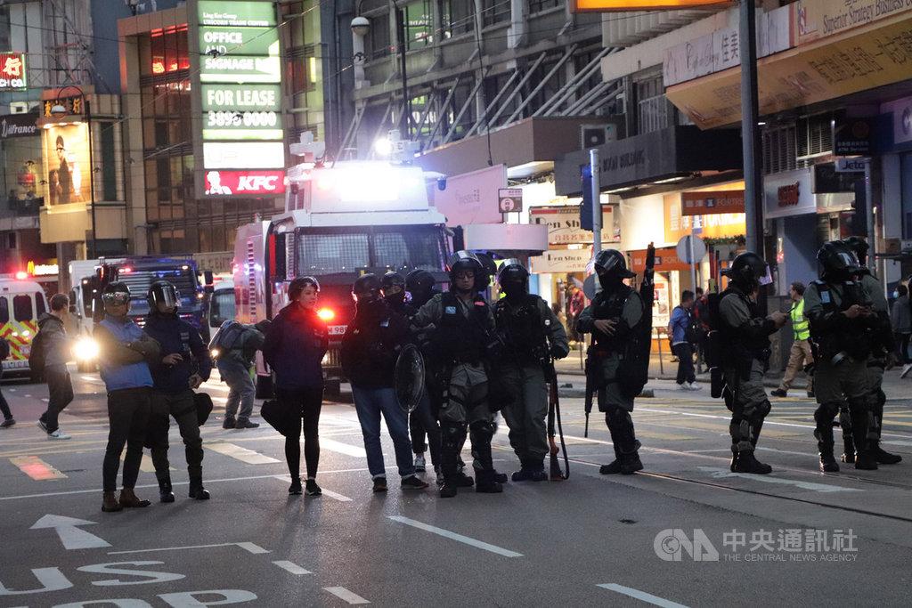 8日晚間7時45分,一批示威者占據了中環德輔道中,在德輔道中和域多利皇后街與防暴警察對峙,防暴警察準備了水炮車和裝甲車。中央社記者張謙香港攝 108年12月8日