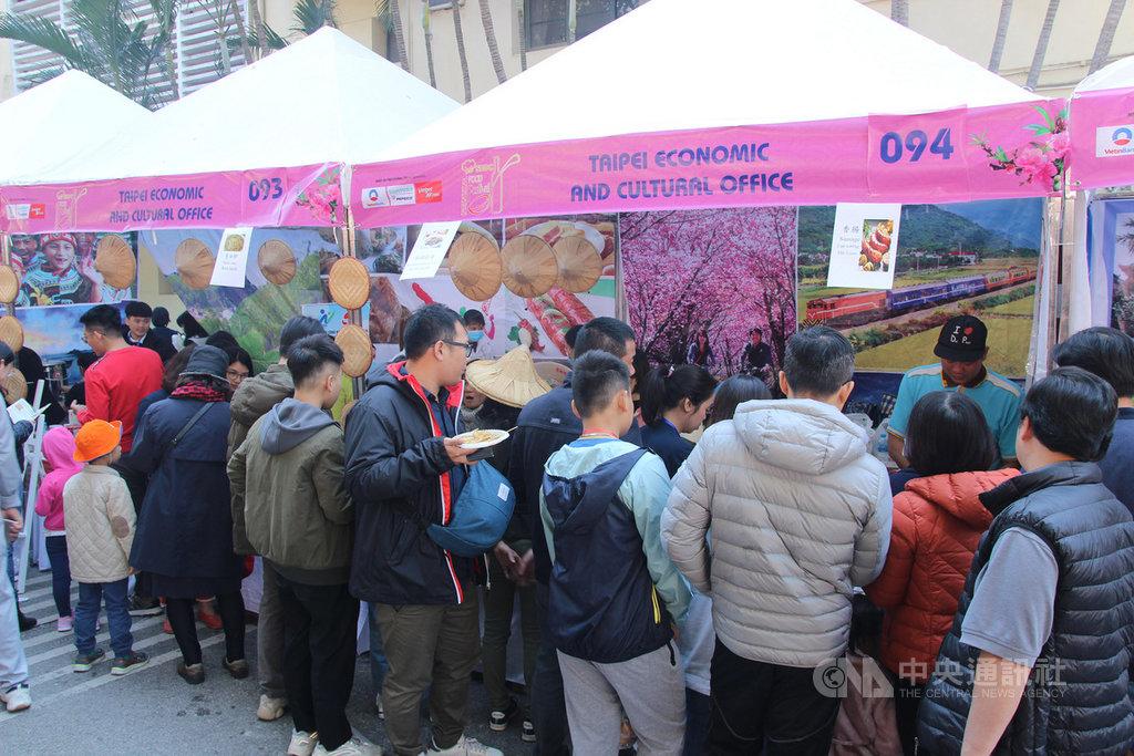 越南外交部8日在河內舉行2019年國際慈善義賣會,義賣所得將捐贈給當地慈善機構。駐越南代表處響應參加,設置台灣館,推出的珍珠奶茶等美食大受民眾歡迎。中央社河內攝 108年12月8日