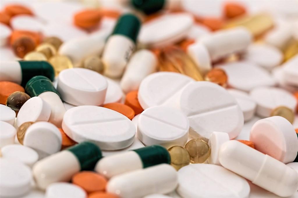 70歲鄭爺爺罹患肺腺癌2年,藥費從每月新台幣3.2萬暴增至15萬元,救命藥卻遲遲沒納入健保。(示意圖/圖取自Pixabay圖庫)