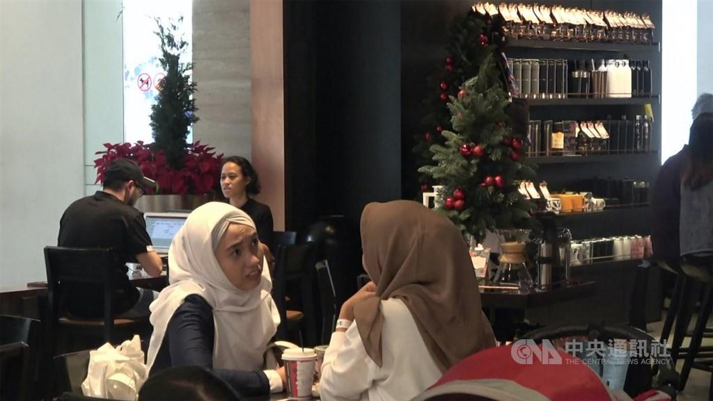 印尼伊斯蘭最高機構、伊斯蘭學者理事會曾發布教令,禁止商家要求穆斯林員工在耶誕節穿戴耶誕服裝,也建議商家不要擺出耶誕裝飾。圖為雅加達購物中心的咖啡店。中央社記者石秀娟雅加達攝 108年12月8日