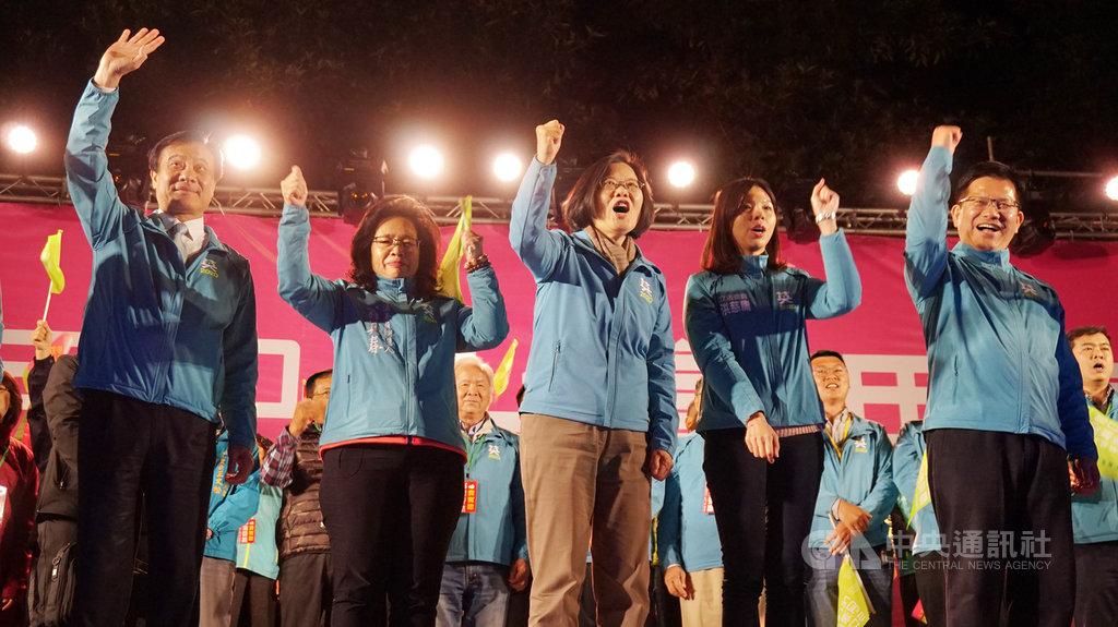 總統蔡英文(中)8日晚間在台中出席豐原團結晚會,立法院長蘇嘉全(左)、交通部長林佳龍(右)、無黨籍立委洪慈庸(右2)等人同台助陣,蔡總統感受現場支持者的熱情,開心表示,每次回到豐原就像回家了。中央社記者趙麗妍攝 108年12月8日