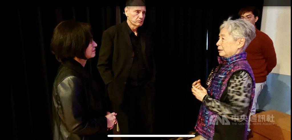 鋼琴家葉綠娜(左起)、魏樂富舉辦「暗夜的螃蟹」音樂會,以二二八事件為音樂創作靈感,當年受難者徐征的家屬徐純(前右)出席聆聽,深受感動。(藍雅菁提供)中央社記者趙靜瑜傳真 108年12月8日