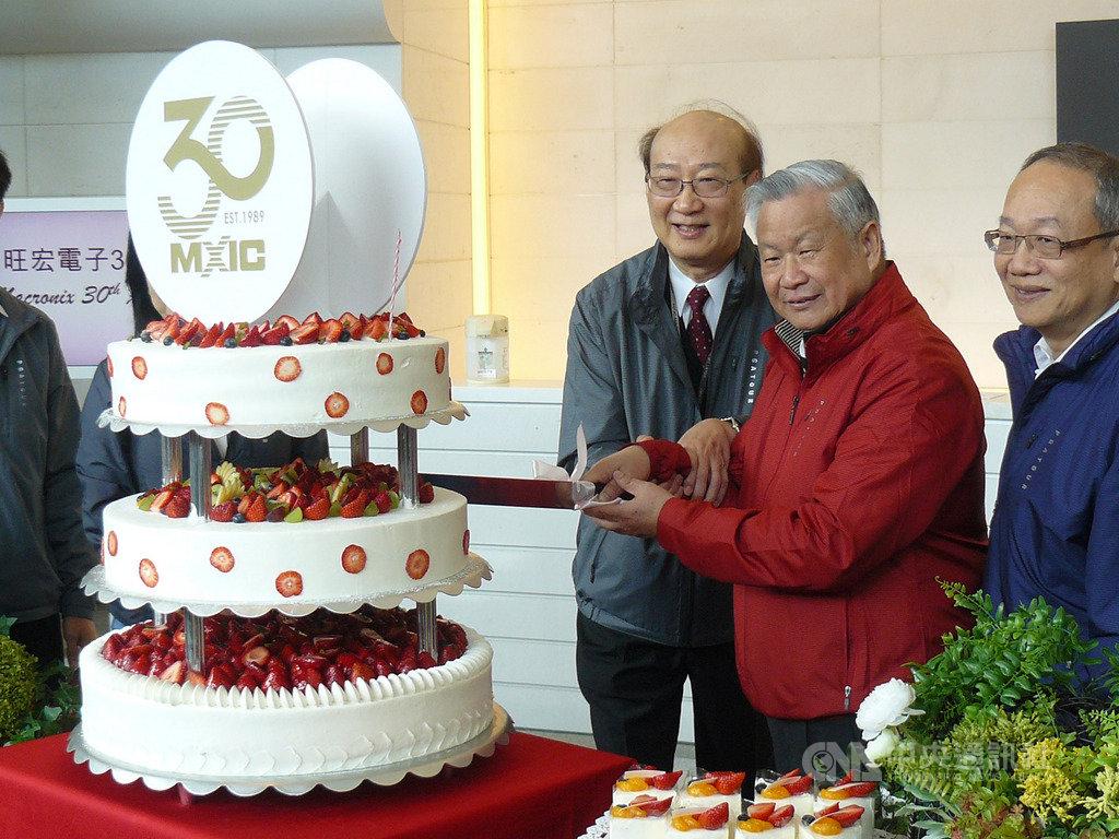 旺宏9日歡慶成立30週年,董事長吳敏求(右2)與經營團隊成員切蛋糕慶祝。中央社記者張建中攝 108年12月9日
