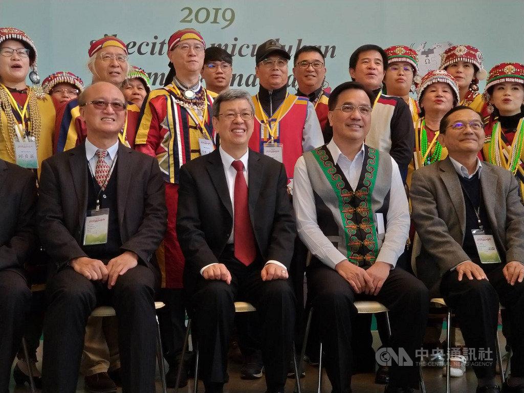 行政院原住民族委員會9日在國立政治大學舉辦原住民族語言發展共識會議,副總統陳建仁(前左2)表示,很高興看到這麼多人一同見證族語發展的成果,讓全世界看到撒奇萊雅語的維基百科。中央社記者張雄風攝 108年12月9日