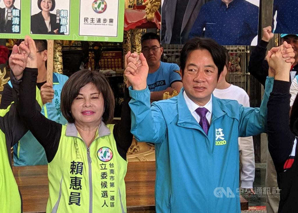 民進黨副總統參選人賴清德(前右)9日下午到台南市新營區,為黨籍立委參選人賴惠員(前左)助選造勢。中央社記者楊思瑞攝  108年12月9日