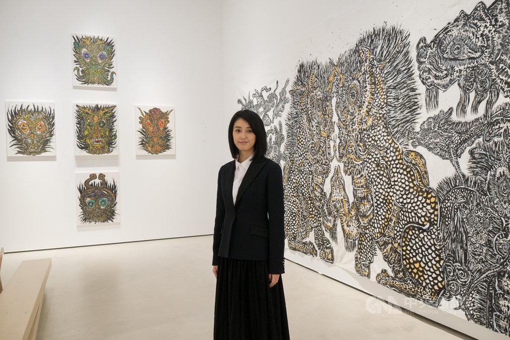日本藝術家小松美羽(圖)在台北的畫廊舉行個展,展出多幅「祈禱」原稿,以及她為威尼斯影展放映現場所繪製的大型畫作。中央社記者洪健倫攝 108年12月9日