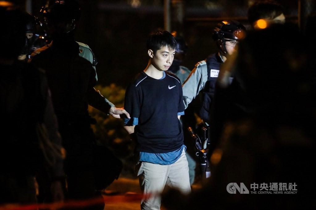 自6月9日遊行起算,香港反送中運動迄今已屆半年。圖為11月19日警方在理工大學帶走欲闖出防線的示威者。 中央社記者吳家昇攝 108年11月20日
