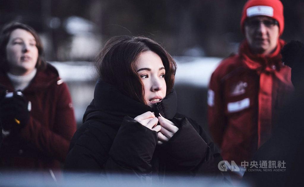 女星許瑋甯(中)為新片「湖深之處」遠赴奧地利薩爾斯堡,並在低溫中進行拍攝,還不小心於冰天雪地中滑倒,撞到頭部,幸好並無大礙。(華映娛樂提供)中央社記者洪健倫傳真 108年12月9日
