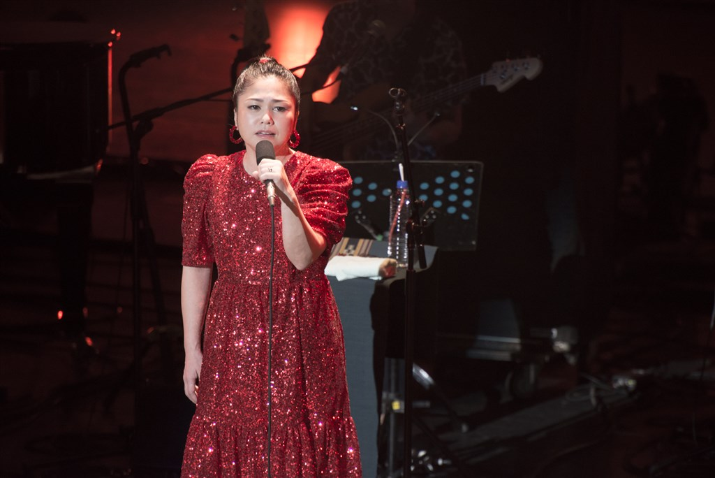 日本沖繩歌姬夏川里美7、8日在台北國父紀念館開唱,這次是她出道20週年巡迴演唱會,開場以一身大紅禮服登台。(萬世國際提供) 中央社記者鄭景雯傳真108年12月9日