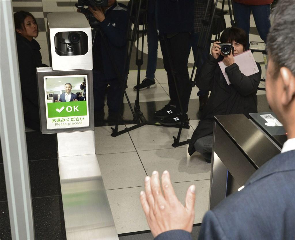 日本大阪地下鐵9日對外公開設置在自動剪票機的人臉辨識系統。未來日本民眾只要事前登錄臉部照片,就不用手持定期票或車票進出車站。(共同社提供)