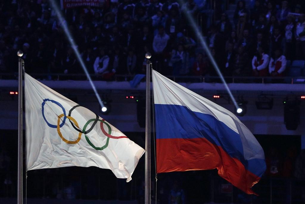 世界反禁藥組織9日禁止俄羅斯參加全球體育賽事4年,包括2020年東京奧運和2022年北京冬奧。圖為奧林匹克五環旗(左)與俄羅斯國旗(右)。(檔案照片/美聯社)