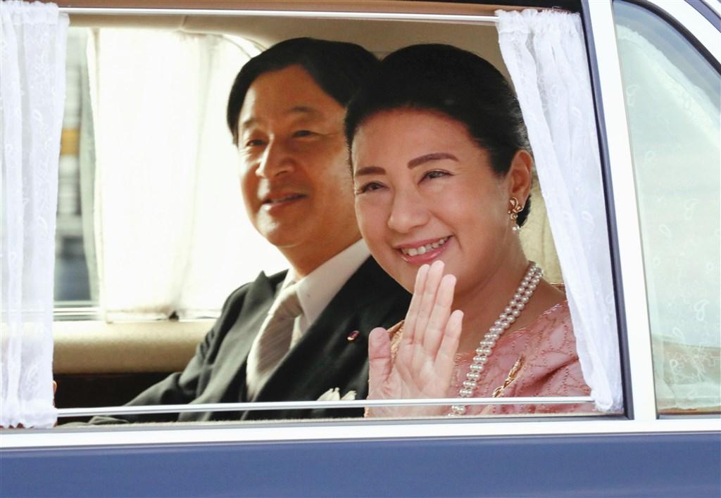 日皇德仁皇后雅子(右)9日迎接56歲生日,是雅子以皇后身分過的第一個生日。(共同社提供)