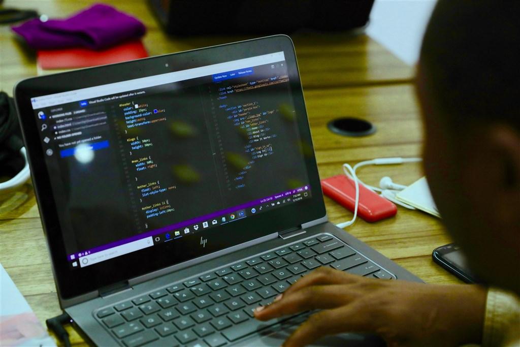 「金融時報」報導,北京當局下令所有政府辦公室與公家機關3年內換掉外國電腦設備和軟體。(示意圖/圖取自Unsplash圖庫)