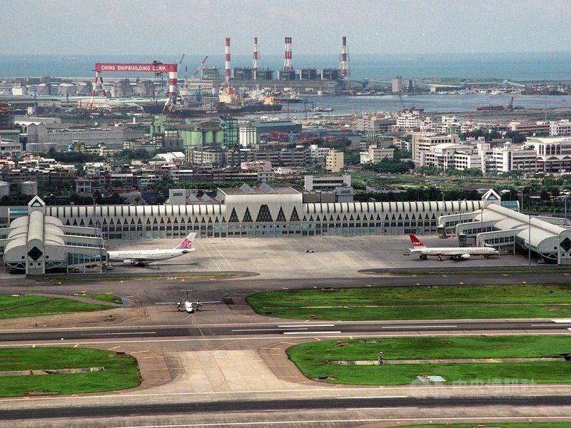 民航局規劃整建高雄國際機場航廈,最新方案出爐,朝向拆除現有兩座航廈,重建一座更大的全新航廈。(中央社檔案照片)