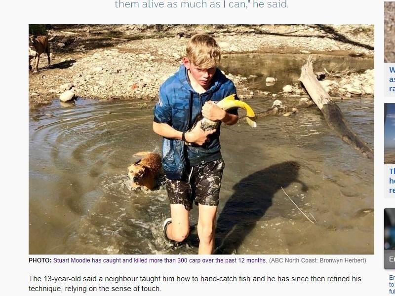 澳洲13歲少年穆迪擔心自家農田附近河流裡的魚兒健康,徒手捕捉魚兒後再將牠們逐一移到較大的水坑裡,至今已經搶救超過100條魚。(圖取自ABC News網頁abc.net.au)