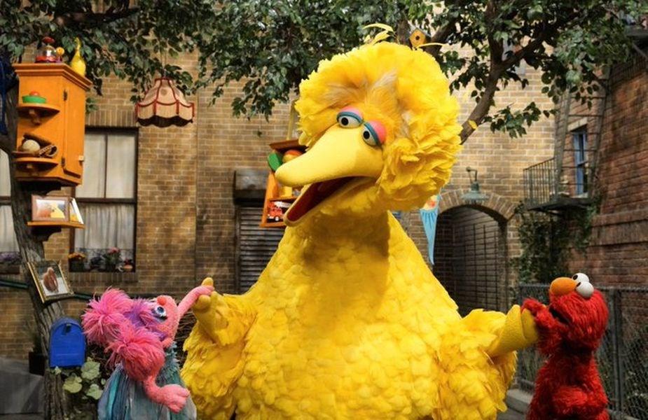 美國兒童電視節目「芝麻街」以扮演布偶角色「大鳥」(中)聞名的退休操偶師史賓尼8日去世,享壽85歲。(圖取自twitter.com/sesamestreet)
