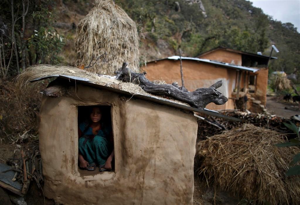尼泊爾已在2005年立法禁止月經隔離陋習,但根據10日公布的一項調查,尼泊爾西部卡納里省近8成14至19歲女性仍被迫在月經期間遠離家人。(路透社提供)