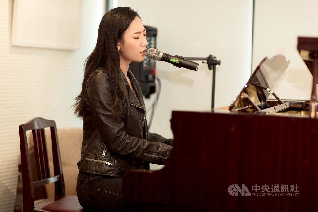 歌手吳卓源(Julia)日前新專輯檔案在網路流出,她10日舉行新專輯發片記者會表示,一切都是為了宣傳設計的活動。(華風數位提供)中央社記者陳秉弘傳真 108年12月10日