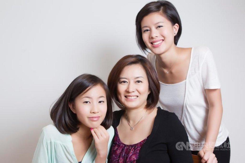 在美國戲劇界嶄露頭角的台灣女兒郭佳怡(右),創作以香港反送中為主題的舞台劇,用說故事讓不同族裔的人感受到香港追求民主的決心。(郭佳怡提供)中央社記者周世惠舊金山傳真 108年12月10日