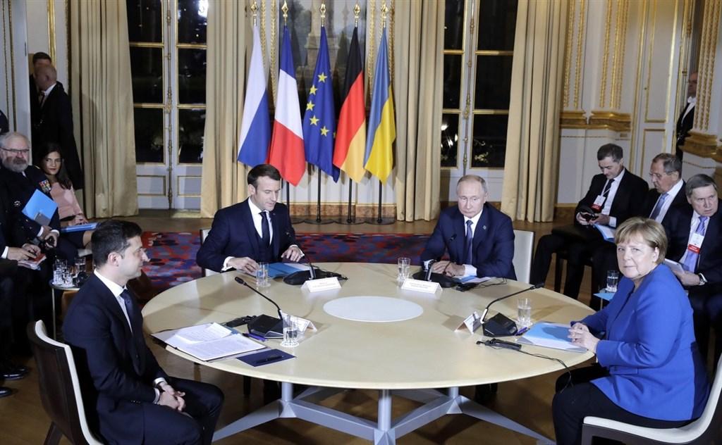 俄羅斯總統蒲亭(前右2)與烏克蘭總統澤倫斯基(前左)9日同意以終結烏克蘭東部戰火為目的,雙方完全停火。這場4方會談還有法國總統馬克宏(前左2)及德國總理梅克爾(前右)在場。(圖取自twitter.com/KremlinRussia_E)