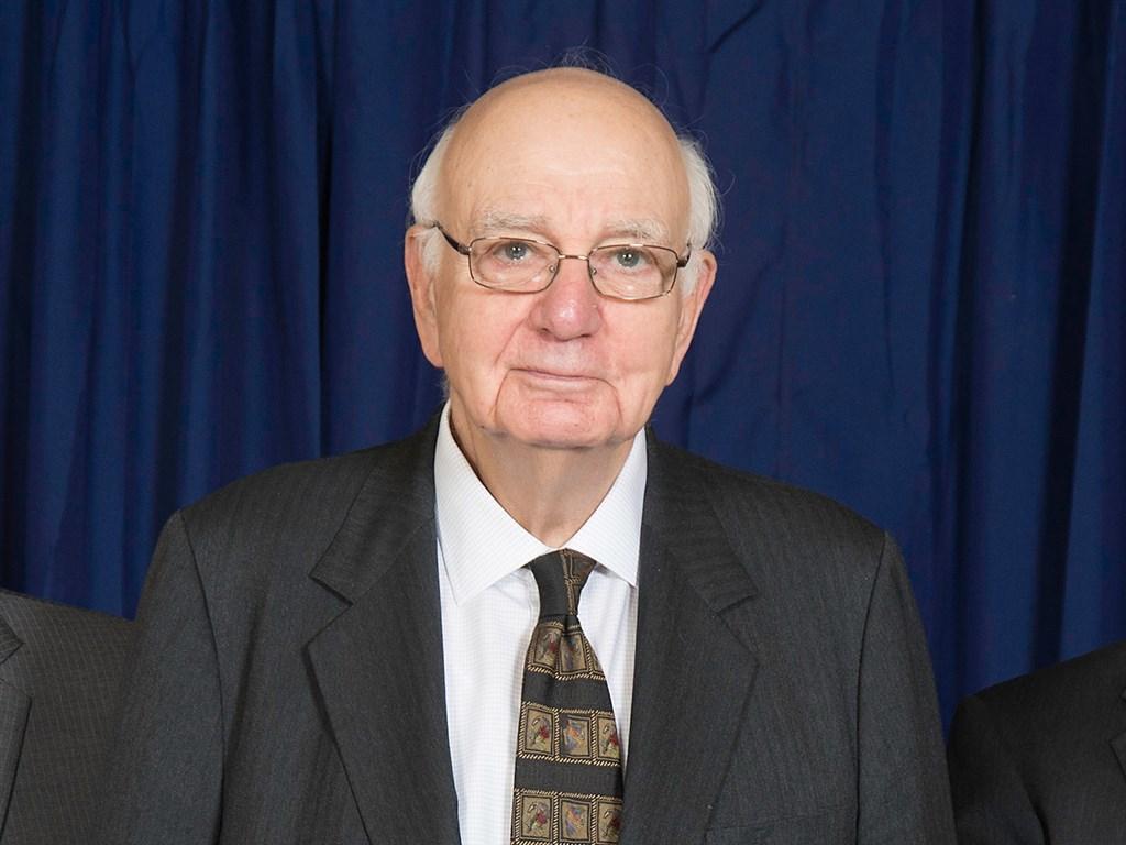 曾支持華爾街金融改革的美國聯邦準備理事會前主席伏克爾(中)在紐約辭世,享壽92歲。(圖取自維基共享資源;版權屬公眾領域)