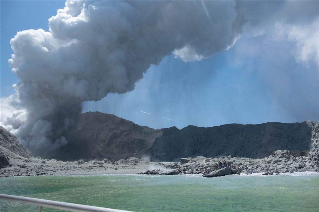 紐西蘭白島9日火山爆發造成16人死亡、2人下落不明及26人輕重傷。(圖取自twitter.com/sch)