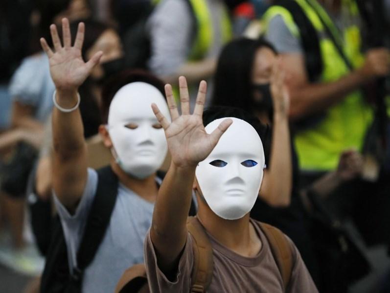 香港高等法院上訴庭10日拒絕就禁蒙面法違憲案批出暫緩執行令,香港媒體解讀這意味禁蒙面法即刻失效。(檔案照片/共同社提供)