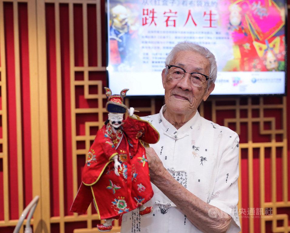 布袋戲大師陳錫煌示範如何以靈巧指法操控傳統布袋戲偶。中央社記者黃自強新加坡攝 108年12月10日