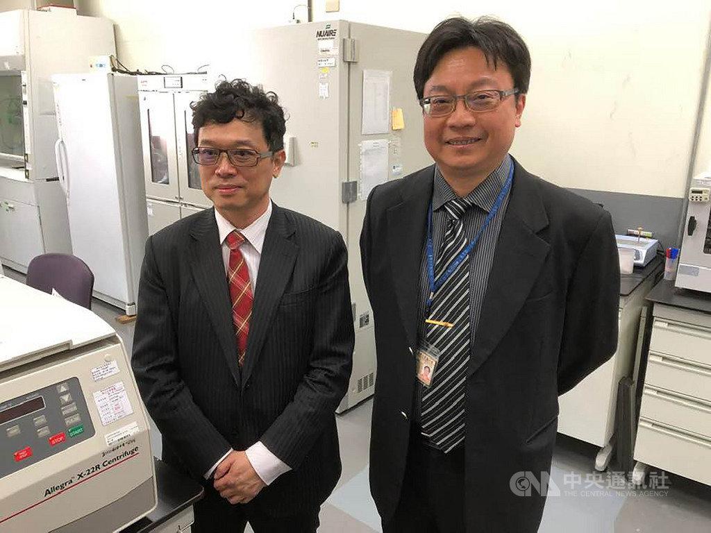 台灣大學醫學檢驗暨生物技術學系教授俞松良(右),帶著科技部次長謝達斌(左)與媒體記者,一同參觀藥物基因體實驗室,並講解實驗室的任務。中央社記者吳柏緯攝 108年12月11日