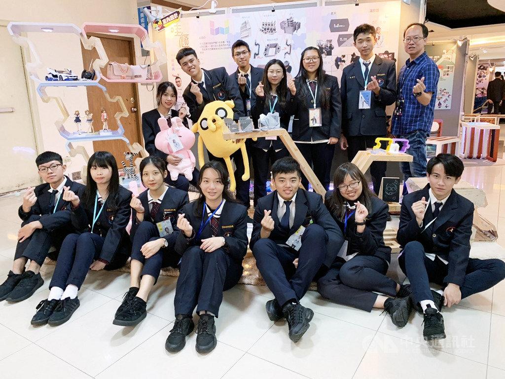新竹市光復中學11日舉辦設計成果展,由廣告設計、多媒體設計、室內設計科的畢業生所辦,以視覺設計、多媒體動畫與電影、家具設計等方向為主。中央社記者郭宣彣攝 108年12月11日
