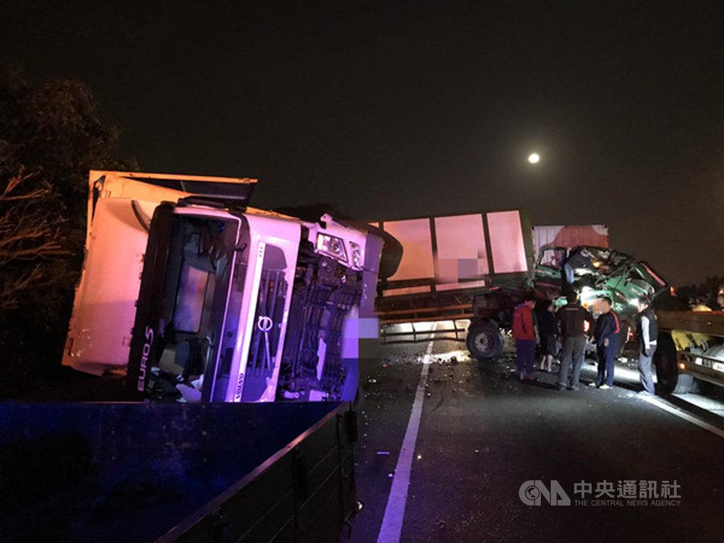 國道1號北上湖口路段11日凌晨發生2起車禍,一輛聯結車因故停放在路肩,被後方聯結車撞上,事故不久,又有另一輛聯結車因閃避不及追撞前方車輛,2起事故共造成2人死亡。(翻攝畫面)中央社記者郭宣彣新竹縣傳真 108年12月11日