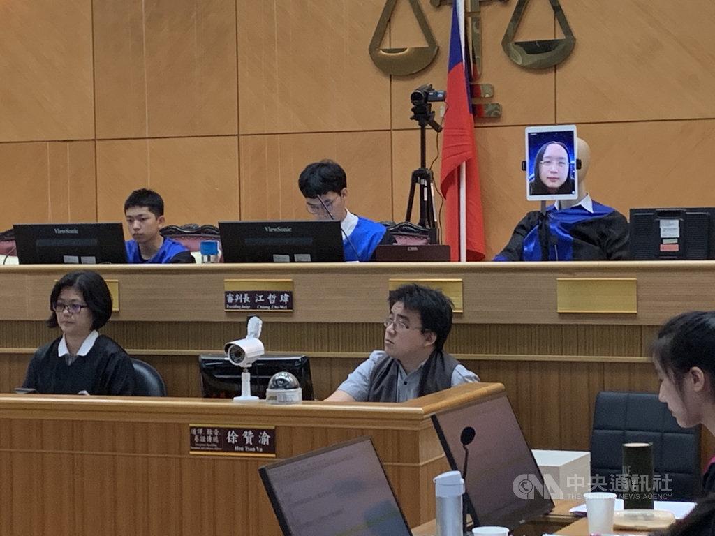士林地方法院11日舉辦「逗陣繞法院」活動,以科技法庭特色及運作為主題,帶領來賓體驗最具臨場感的法庭觀摩與法庭模擬劇。現場也以網路連結iPad螢幕,讓擔任素人法官的行政院政務委員唐鳳以機器人法官遠距開庭。中央社記者蕭博文攝 108年12月11日