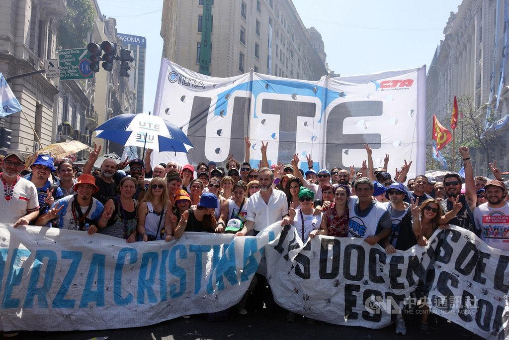 阿根廷新任正副總統艾柏托、費南德茲10日宣誓就職,並舉辦慶祝活動與民眾同歡。成千上萬支持者、社運及工會團體,頂著高溫一起同慶新政府上任。中央社記者汪碧治布宜諾斯艾利斯攝 108年12月10日