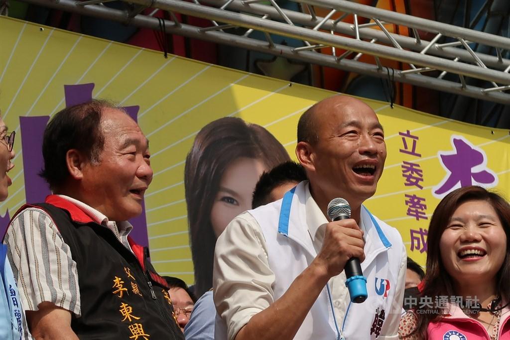 韓國瑜接受節目專訪表示,心中沒有任何覺得對不起高雄市民,韓市府這一年做的事情真的非常多。圖為韓國瑜(中)為高雄立委參選人站台,中央社記者王淑芬攝 108年12月1日