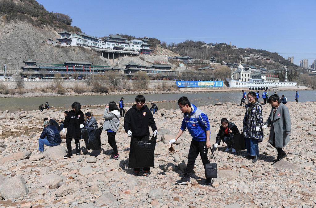 中國第2長河-黃河因水資源過度開發等因素,存在過度開發及汙染問題。圖為2018年3月9日,中國蘭州的志工在黃河邊撿拾垃圾,呼籲保護黃河。(中新社提供)中央社 108年12月11日