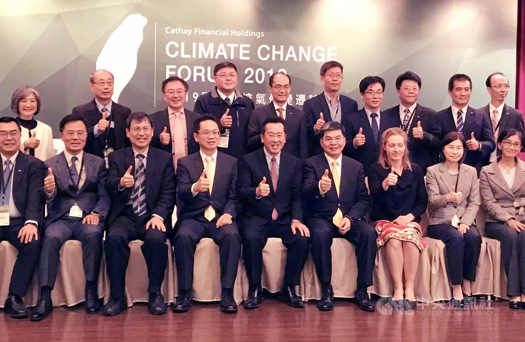 金管會主委顧立雄(前排右5)11日表示,ESG績效不佳的公司,會對公司股價造成衝擊,易被列為投資黑名單。中央社記者劉姵呈攝 108年12月11日