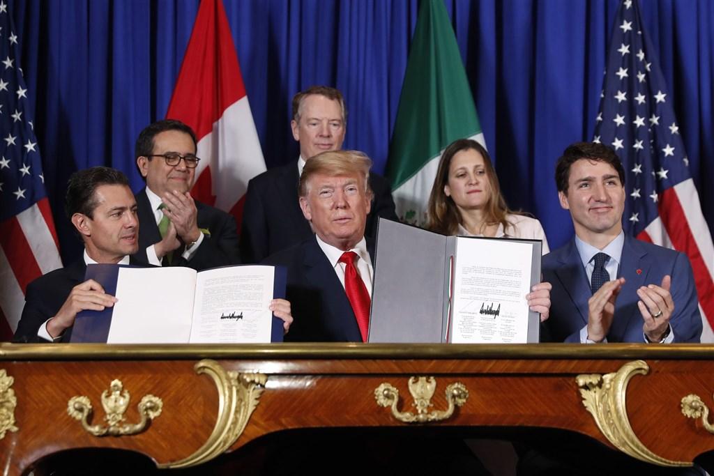 美國、墨西哥和加拿大高階官員10日在墨西哥簽署修訂版「美墨加貿易協定」取代「北美自由貿易協定」。圖為2018年11月墨西哥總統潘尼亞尼托(前排左起)、美國總統川普、加拿大總理杜魯道在阿根廷簽署美墨加貿易協定。(美聯社)