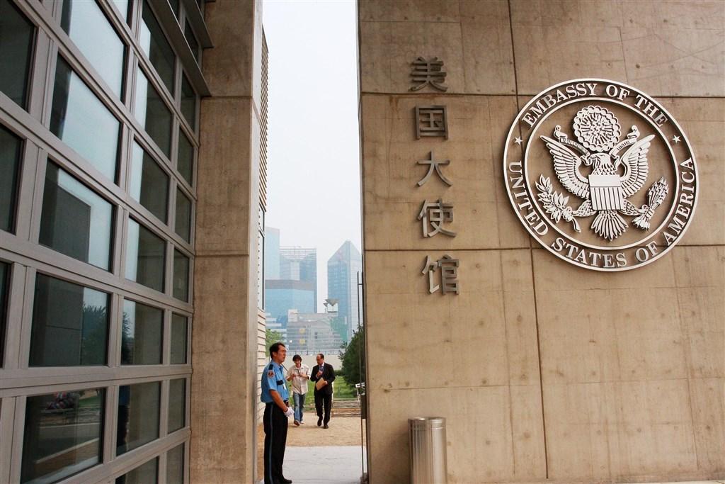 據維權網報導,20多名中國維權人士9日晚間欲前往美國駐中大使館參加國際人權日聯誼活動時,在附近被北京市警察抓走。(檔案照片/中新社提供)