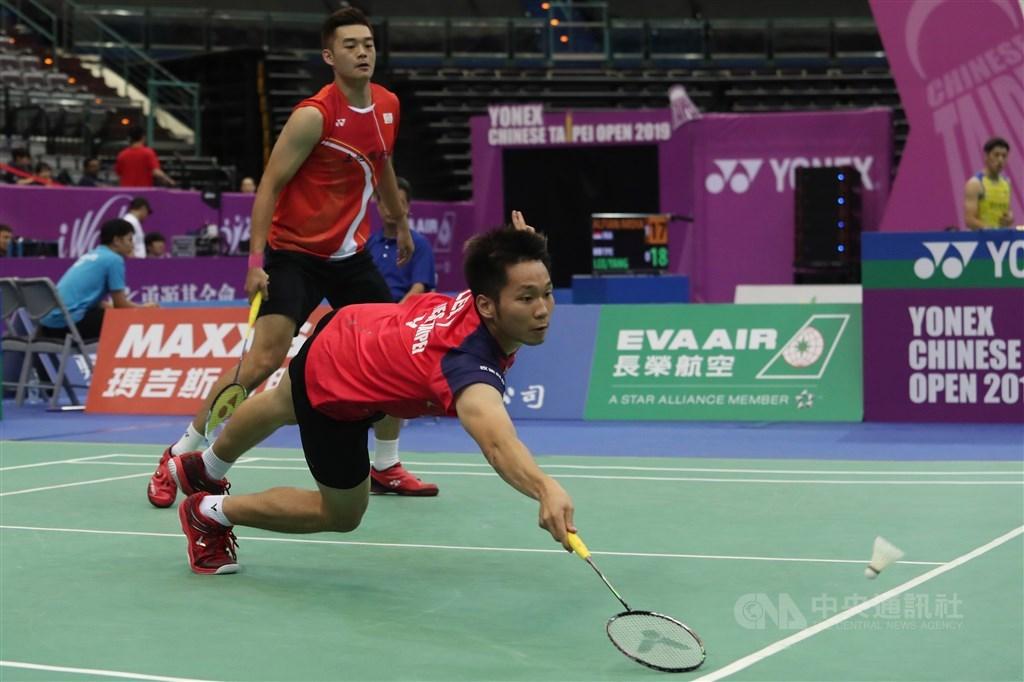 2019世界羽聯世界巡迴賽總決賽11日在中國廣州舉辦,男雙賽事王齊麟(後)與李洋(前)拍落自家好手楊博涵與盧敬堯,以21比12收下勝利。(中央社檔案照片)