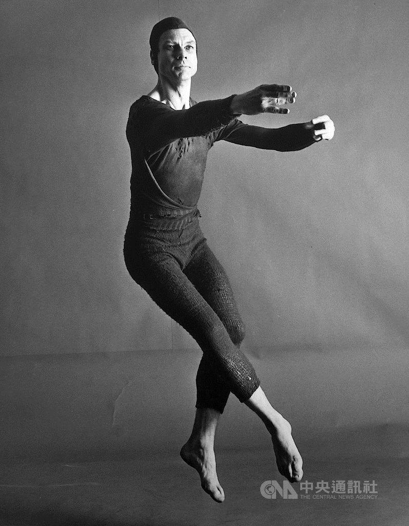 今年是現代舞大師摩斯康寧漢(Merce Cunningham)(圖)百歲冥誕。康寧漢是美國重要的現代舞先驅,「雲門舞集」創辦人林懷民,也曾在康寧漢的舞蹈學校習舞。紀錄片「CUNNINGHAM 機遇之舞」中,收錄多段康寧漢未曾公開的珍貴影像。(天馬行空提供)中央社記者洪健倫傳真 108年12月11日