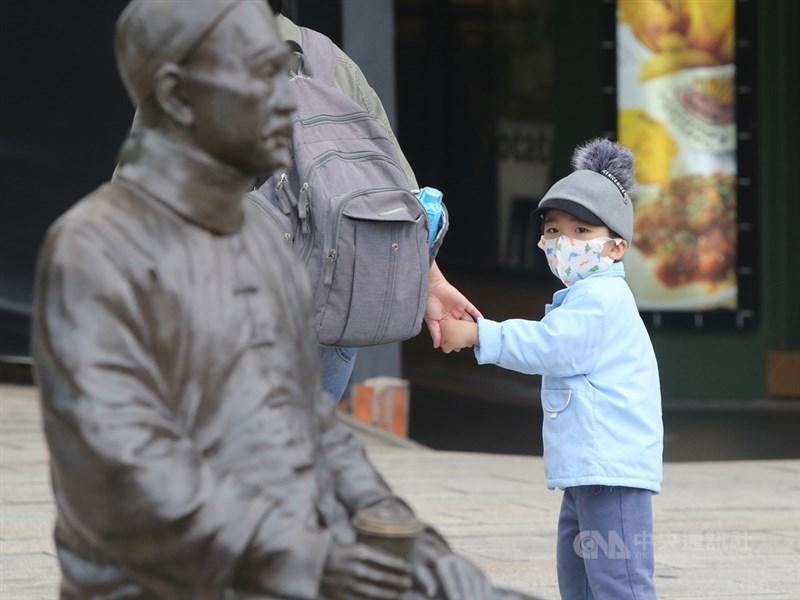 環保署表示,東北季風帶來境外汙染物,12日凌晨起影響台灣北部空氣品質,中部以南午後逐漸受到影響。(示意圖/中央社檔案照片)