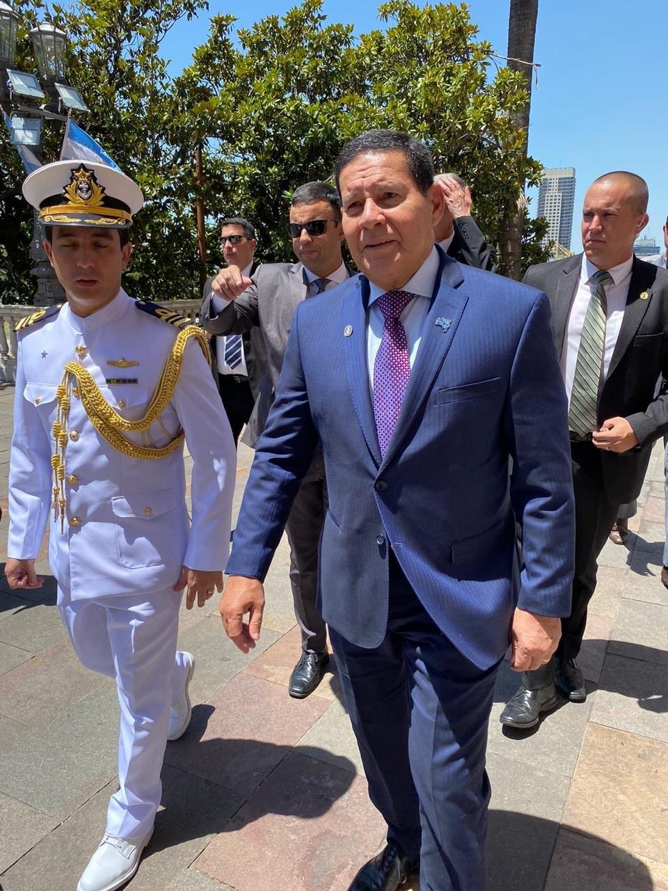 阿根廷新當選的正副總統艾柏托和費南德茲10日宣誓就職,巴西政府考慮到阿根廷經濟對巴西的重要性,派副總統莫勞(前右)前往。(圖取自twitter.com/GeneralMourao)