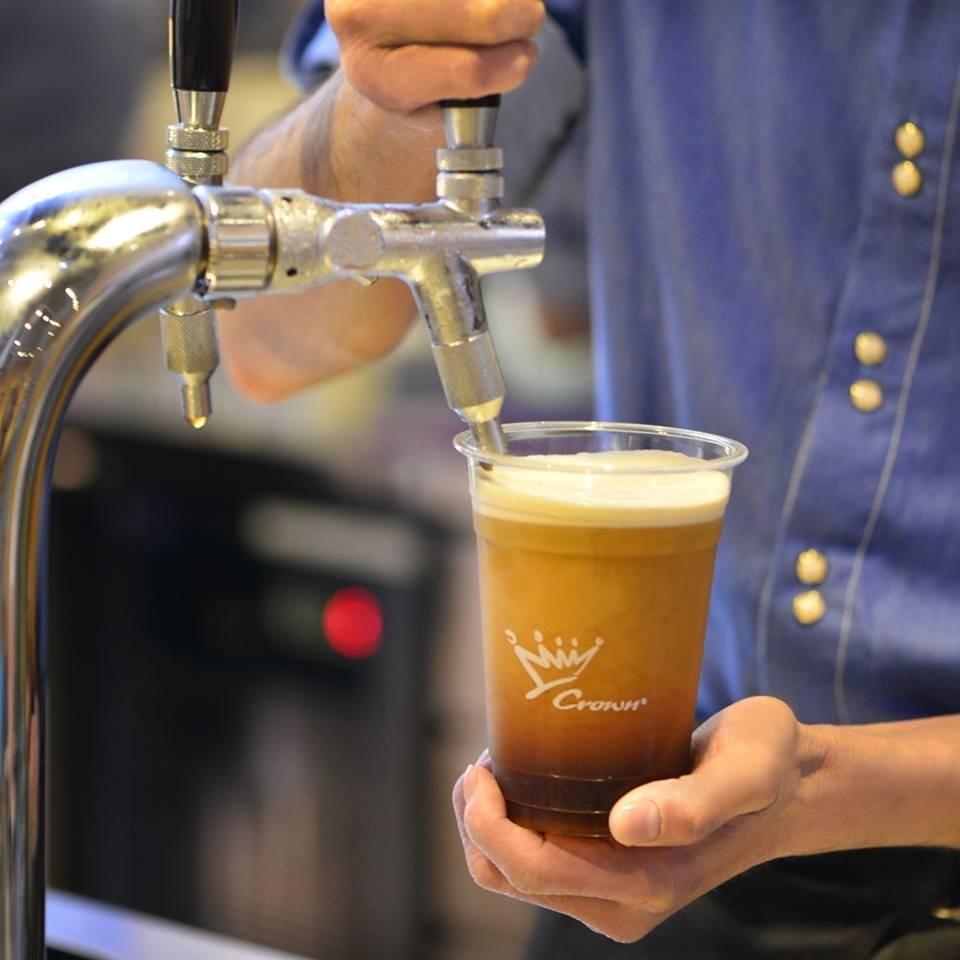 金鑛咖啡轉型為咖啡豆原物料供應商,11日宣布由富士康廣告集團承接13家門市營運,僅留下台北堤頂1家門市。(圖取自facebook.com/crownfancy)