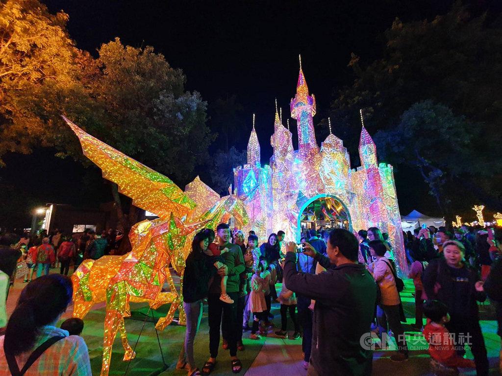 屏東公園耶誕燈飾「金色奇幻童話世界」,被新加坡媒體列為耶誕、跨年最佳打卡地點。中央社記者郭芷瑄攝 108年12月12日