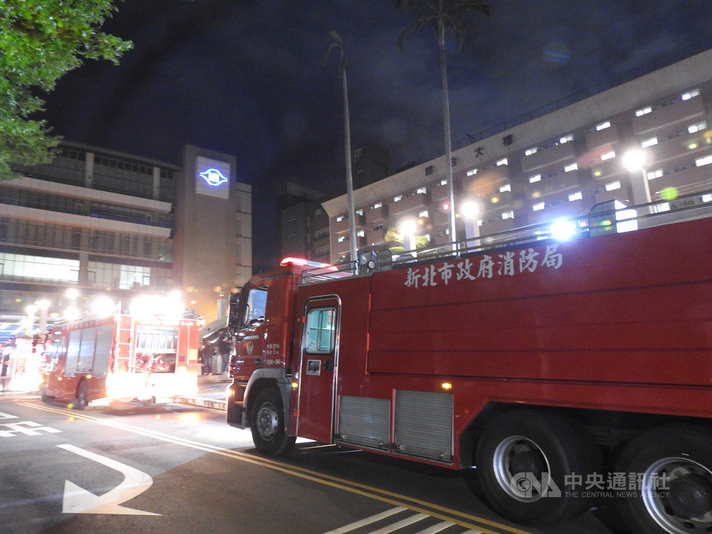 明志科技大學12日晚間發生實驗室意外,疑學生將重鉻酸鉀倒入廢液桶與不明物質起化學作用,造成大量毒煙冒出,警消獲報趕往處理,上百名學生緊急疏散。中央社記者王鴻國攝 108年12月12日