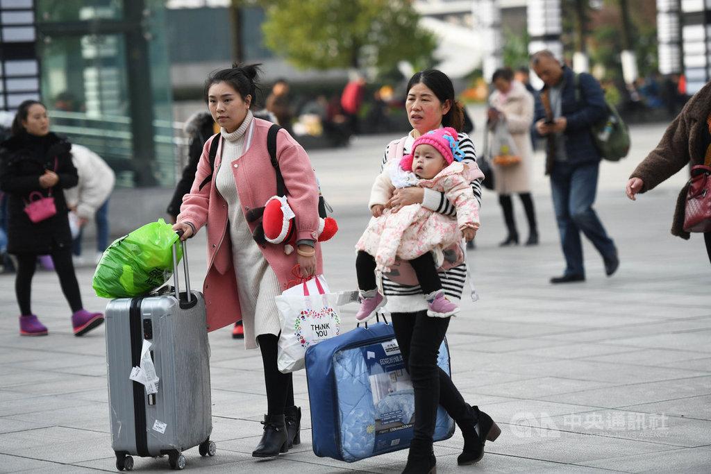 中國大陸2020年春運火車票12日開始預售,全國鐵路預計發送旅客4.4億人次。圖為12月5日重慶北站廣場上的旅客。(中新社提供)中央社記者周慧盈北京傳真 108年12月12日