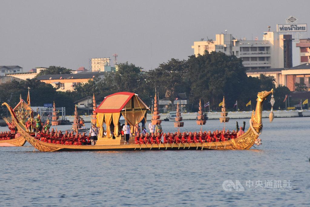 泰國12日舉行王船遊行,做為泰王加冕儀式的最後一道程序。圖為泰王瓦吉拉隆功和王后蘇堤達搭乘的金鴻王船,行駛在昭披耶河上。中央社記者呂欣憓曼谷攝 108年12月12日