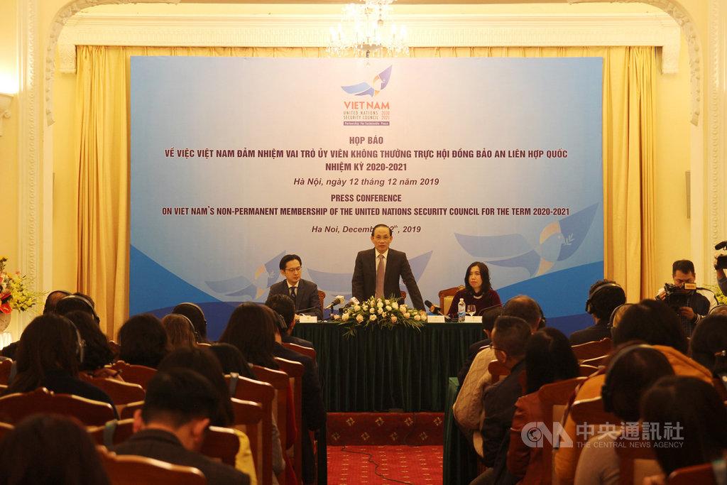 越南等5國將成為聯合國2020-2021年安理會非常任理事國,越南外交部副部長黎淮忠(中)12日表示,越方將持續推動融入國際,提高多邊機制的作用,為維護國際和平與安全做出貢獻。中央社河內攝 108年12月12日