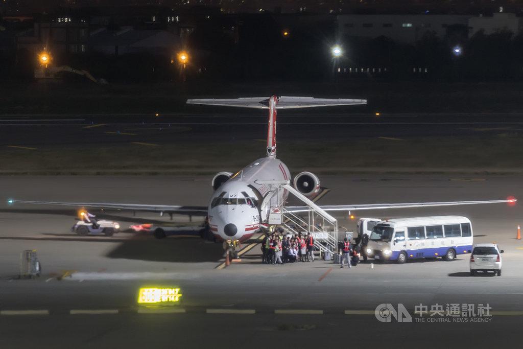 遠航FE-127航班在12日下午飛往中國大陸的合肥後,回程的FE-128航班在晚間10時20分許,返抵桃園國際機場,若遠航確定無法恢復營運走入歷史,那麼這班飛機將成為遠航的最後一個航班。機組與地勤人員特別搭乘接駁巴士前往接機,在送走旅客後,也特別與空服員拍下紀念照。中央社記者吳睿騏桃園攝 108年12月12日