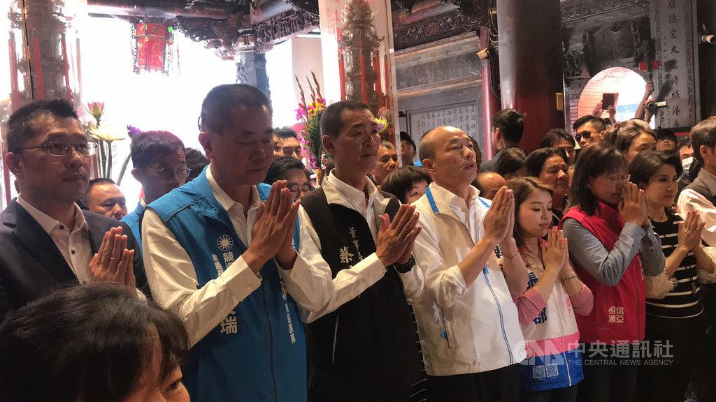 國民黨總統參選人韓國瑜(前左4)12日到雲林縣北港朝天宮參拜,退出民進黨的雲林縣副議長蘇俊豪(左)全程陪同,表態挺韓國瑜。 中央社記者姜宜菁攝 108年12月12日